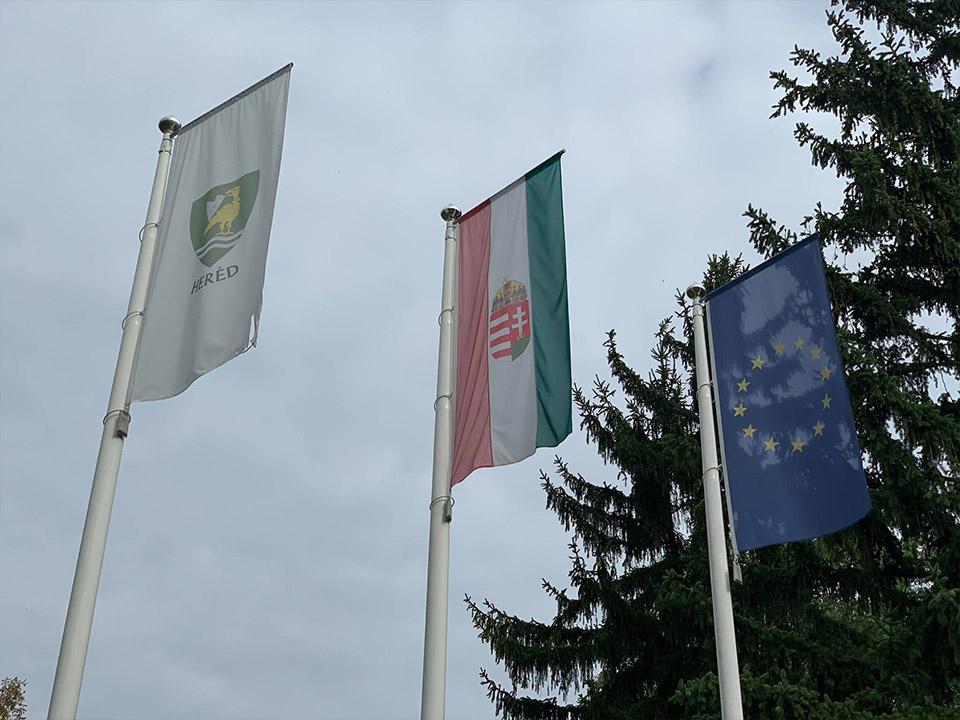 Zászlók felvonva